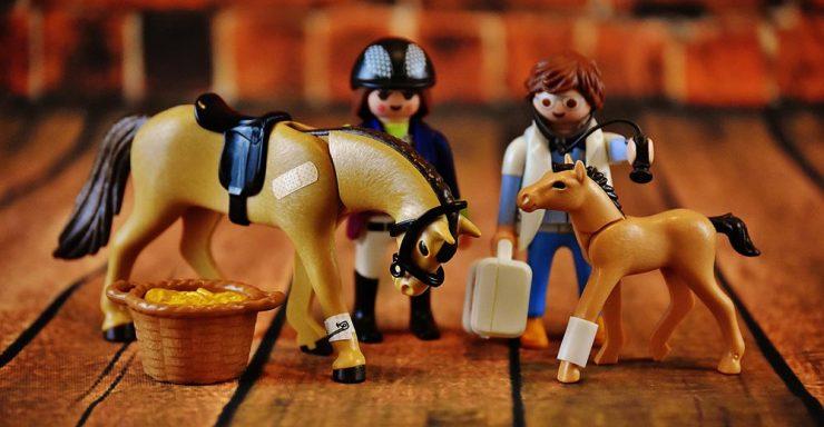 Playmobil qui soignent des chevaux